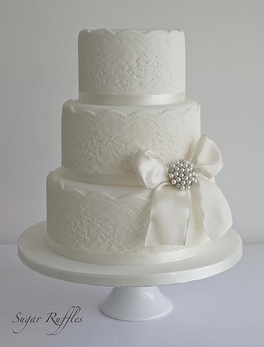 Spitze Hochzeits Kuchen Mit Vintage Style Brosche 1987619 Weddbook
