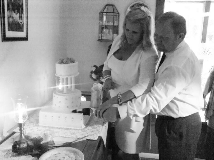 Hochzeit - Braut und Bräutigam Schneiden Hochzeitstorte