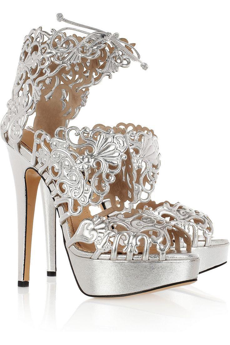 Mariage - Une fille peut ne jamais avoir trop de chaussures