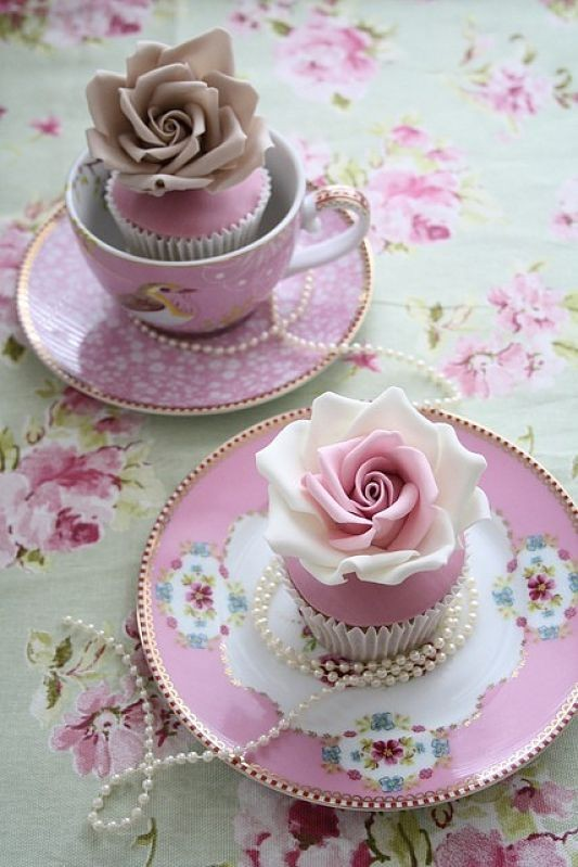 Weddbook ♥ Chic Wedding cupcakes with edible sugar pink roses and PIP Studio Pink Bird Teacup. Gorgeous vintage Teapot/teacup cupcakes. Creative pink rose weddi