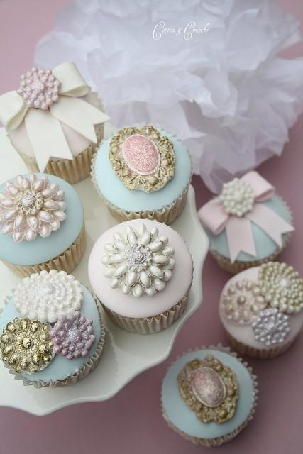 Weddbook ♥ Chic Wedding cupcakes with edible sparkle brooches and pearls. Chic Brooch cupcakes by cotton and crumbs. Creative wedding cupcake idea. Baroque and