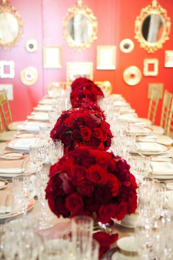 Red wedding tablescapes red christmas tablescapes for Decoration or rose