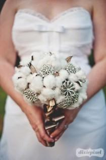 wedding photo - Vintage-Baumwolle und Brosche Wedding Bouquet