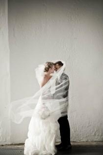wedding photo - Bride and Groom Derrière Veil photo ♥ Idée créative photo de mariage