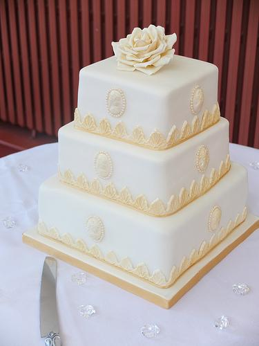 gold and white square wedding cakes or et d ivoire carr 233 de g 226 teau de mariage 1987901 weddbook 14742